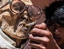 """Cho người chết """"sống lại"""", đeo kính, hút thuốc chụp ảnh cùng gia đình"""