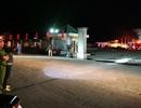 Hai xe bồn đang tiếp nhiên liệu cồn bất ngờ bốc cháy