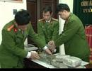 Bắt 2 đối tượng mang 20 bánh heroin, 5kg ma túy đá từ Lào về Việt Nam