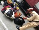 Bắt xe ô tô khách chở hơn 1 tạ pháo ngụy trang trong thùng đựng quần áo
