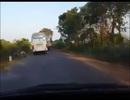 Xe khách lấn làn gây tai nạn, tài xế xuống nghía đuôi xe mình rồi... đi tiếp?