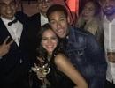 Bạn gái Neymar khoe thân bốc lửa giữa đám đông