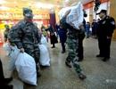 Nhân viên công ty thép Trung Quốc vác cả bao tải tiền thưởng tết về nhà