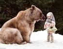 """Bộ ảnh em bé chơi bên chú gấu khổng lồ gây """"bão mạng"""""""