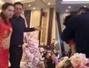 Trung Quốc: Cộng đồng mạng phẫn nộ với bố chú rể say rượu ép cô dâu hôn mình trong lễ cưới