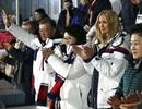 Con gái ông Trump đứng dậy cổ vũ đoàn 2 miền Triều Tiên tại Thế vận hội