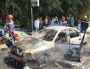 Ôtô bốc cháy khi đang chạy trên đường, tài xế mở cửa tháo chạy