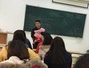 Cảm động thầy giáo bế con cho nữ sinh viên làm bài thi