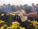 """Hàng ngàn người xì xụp khấn bái rắn """"thần"""" trên mộ người ăn xin"""