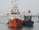 Hỗ trợ hai tàu cá bị hỏng thả trôi trên biển cùng 15 ngư dân