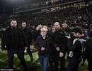 """Chủ tịch CLB Hy Lạp vác súng xuống sân để """"nói chuyện"""" với trọng tài"""