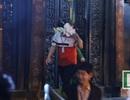 """Sau lễ Khai ấn, đại biểu ùa vào đền Thiên Trường """"xin lộc"""""""