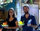 Du khách nước ngoài thả đèn hoa đăng cùng người Sài Gòn dịp Tết Nguyên tiêu