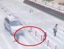 Mải dùng điện thoại, mẹ để con trai bị xe tông khi băng qua đường