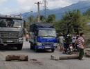 Bức xúc vì đường bụi, người dân mang gỗ, đá tảng… chặn xe