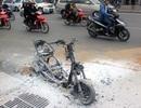 Hà Nội: Xe máy bốc cháy trơ khung trên đường