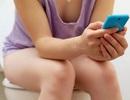 Trả giá đắt vì thói quen vừa đi vệ sinh vừa dùng điện thoại di động