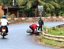 Hàng trăm lít dầu điều tràn đường, nhiều xe máy trượt ngã