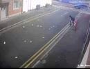 Trộm bất lực nhìn tiền vừa cướp bị gió thổi bay