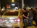 Tài xế đánh người rồi cố thủ trong ô tô, hàng chục người bao vây phản ứng