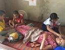 Rơi nước mắt cảnh 3 chị em bán vé số mong cứu mẹ bệnh liệt giường