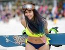 2.000 người Nga mặc đồ bơi lập kỷ lục trượt tuyết