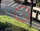 Clip gây sốc: Bé 10 tháng tuổi văng ra khỏi ô tô đang băng băng chạy trên đường