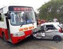 Tài xế taxi thoát chết may mắn ngay trước đầu xe buýt