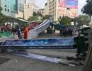 Cổng chào phố đi bộ Nguyễn Huệ đổ sập, đè trúng người đi đường