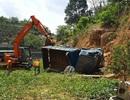 Xe tải lao xuống vực sâu hàng chục mét, tài xế may mắn thoát chết