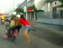Hai tên trộm táo tợn kéo lê cô gái hơn 100m trên đường