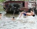 Bến đò sông Hồng thành bãi tắm ngày hè ở Hà Nội