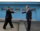 Bí mật đôi giày ông Kim Jong-un mang theo khi bước qua ranh giới liên Triều