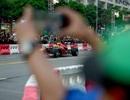Giới trẻ Sài Gòn đội mưa đi chiêm ngưỡng xe đua F1