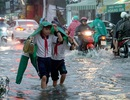 Sài Gòn mưa to, học sinh bì bõm lội nước về nhà