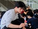 """""""Hot boy cầm bảng"""" trường Ams trổ tài vẽ tranh trong ngày hội thầy trò"""