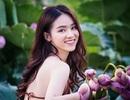 Thiếu nữ Hà Nội khoe vai trần gợi cảm bên hoa sen