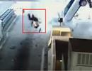 Tai nạn kinh hoàng khiến tài xế văng xa cả chục mét qua kính chắn gió