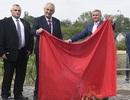 Tổng thống Cộng hòa Séc gây tranh cãi khi đốt quần đùi trong họp báo
