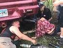 """""""Quẩy tới bến"""", cô gái kẹt đầu trong ống xả ô tô"""