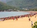 Biển Quy Nhơn đông nghịt người giữa trưa Tết Đoan Ngọ