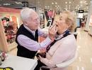 Ông lão 84 tuổi học cách trang điểm cho vợ trước khi bà cụ mất đi thị lực