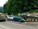 Xe thiết giáp Belarus mất lái, đè bẹp ô tô trên cao tốc