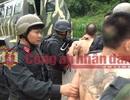 Xe bọc thép cùng hàng trăm cảnh sát đột kích, tiêu diệt 2 trùm ma túy