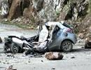 Xe con bẹp rúm vì đá lở rơi trúng, tài xế tử vong