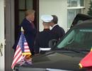 Ông Trump suýt ngã vì màn bắt tay của Tổng thống Bồ Đào Nha