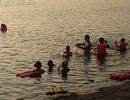 Hà Nội: Người dân tắm hồ Linh Đàm bất chấp nguy hiểm