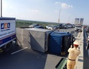 Hà Nội: Xe tải lật ngửa chắn ngang cầu Nhật Tân