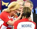 Tổng thống Croatia gây sốt với hình ảnh lau nước mắt cho Modric
