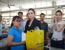 Hoa hậu Vũ Thanh Thảo trao hơn 200 triệu đồng từ thiện cho công nhân nghèo